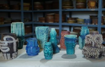 Finished vases that truly blend ancient craft and modern technology to build relics for the future